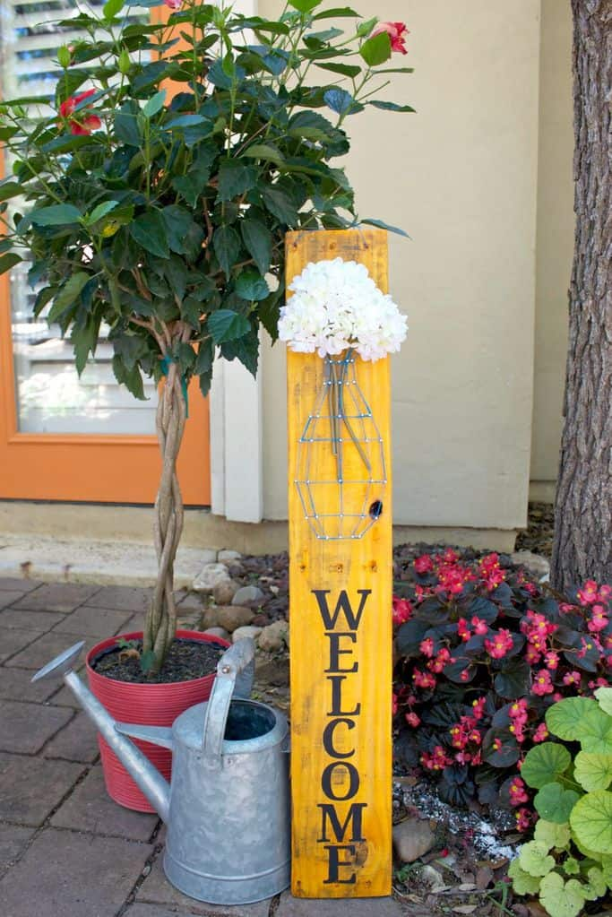 String vase and flowers pallet sign