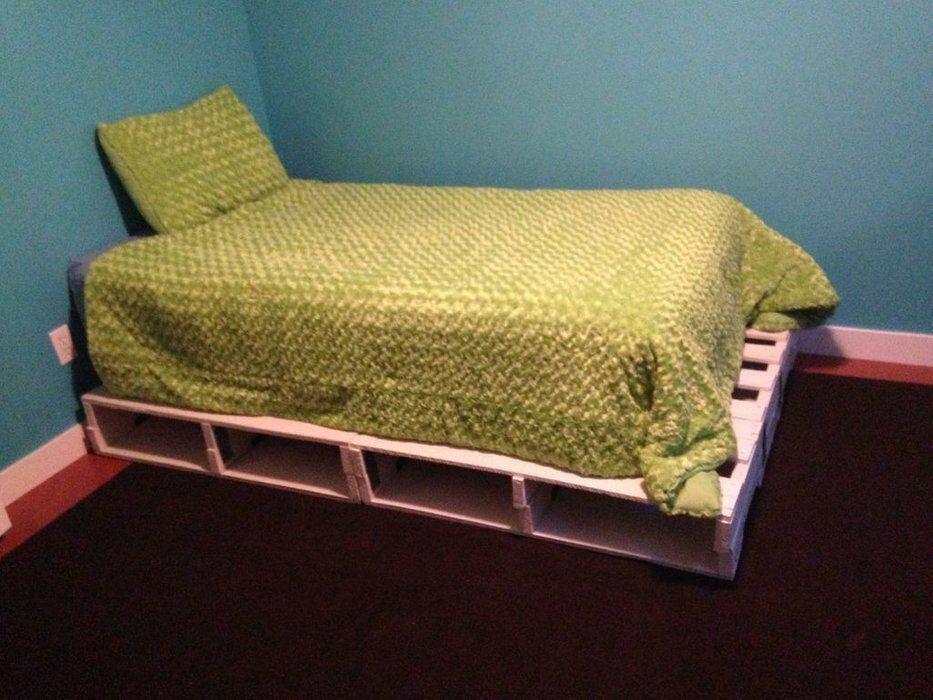 Gren blanket over pallet bed
